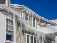 Glaçons au rebord du toit : causes & solutions